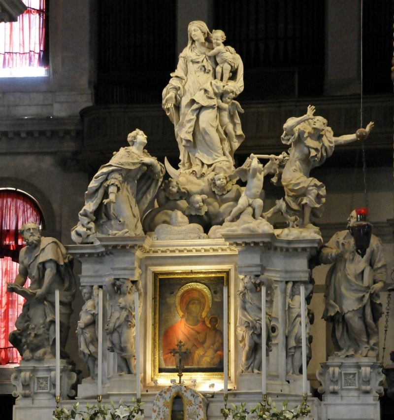 Мадонна с младенцем в руках в церки Санта-Мария в Венеции
