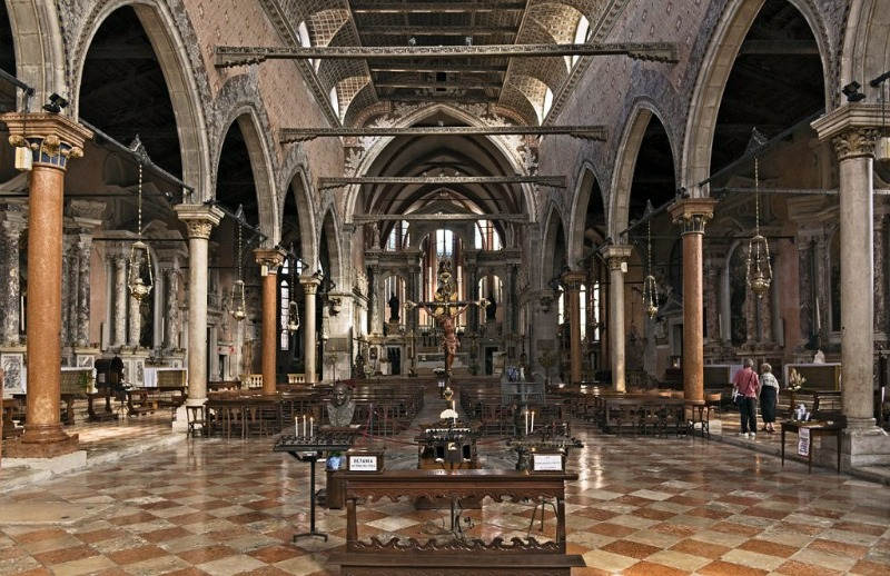 Интерьер церкви Санто Стефано
