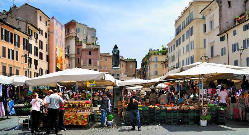 Небольшая площадь, где местные продают овощи