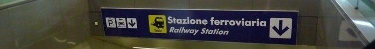 Знак направления к поезду в аэропорту Фьюмичино