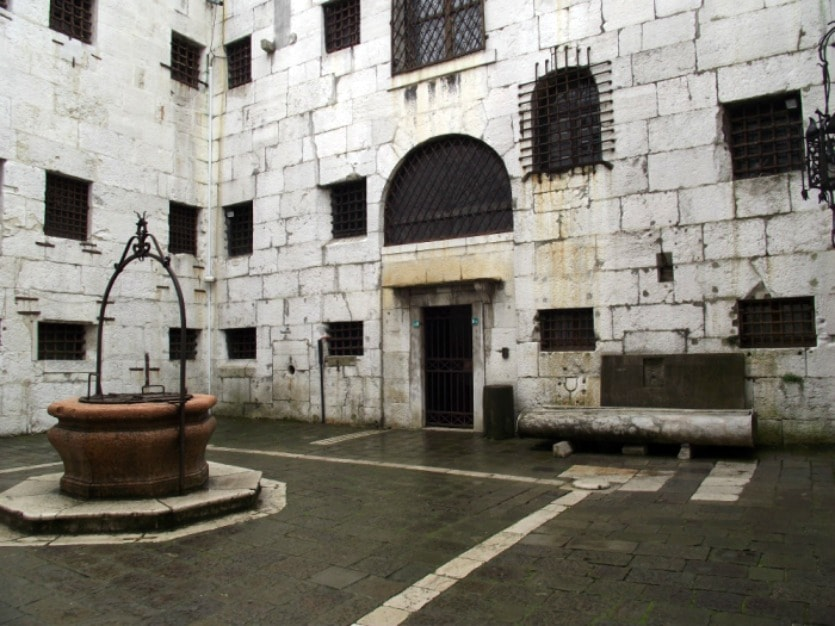 тюрьма колодец