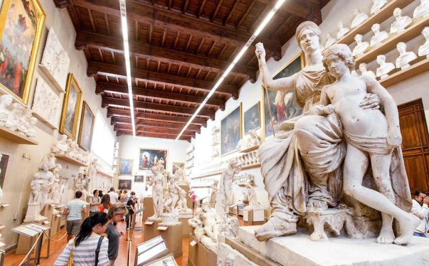 Скульптуры в Галерее Академии изящных искусств во Флоренции
